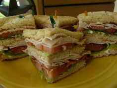 HOW TO PREPARE A CLUBHOUSE SANDWICH 12 slices of white bread 8 leaves of sliced Romaine lettuce leaves 16 slices of tomatoes 16 ounces of sliced and roasted turkey or ham 16 slices of cooked and crisp bacon cup mayonnaise Salt Club Sandwich Receta, Turkey Club Sandwich, Club Sandwich Recipes, Cold Sandwiches, Turkey Sandwiches, Grilled Turkey, Roasted Turkey, How To Prepare Sandwich, Savoury Dishes