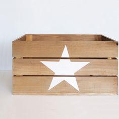 Caja de madera de pino envejecida, con una estrella blanca pintada a mano