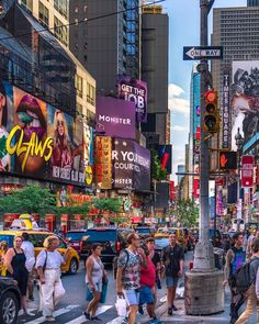 Times Square in New York. Find out what sights to see if you only have 24 hours in New York. New York City Images, New York Pictures, Visit New York City, New York City Travel, New York Bucket List, Upstate New York, City Aesthetic, City That Never Sleeps, Dream City