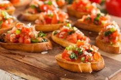 Bruschetta: Rezept mit Tomaten & Knoblauch - Kochen & Backen - The Effective Pictures We Offer You A Clean Eating Snacks, Healthy Snacks, Healthy Recipes, Easy Recipes, Easy Smoothie Recipes, Snack Recipes, Snacks Sains, Food For A Crowd, Finger Foods