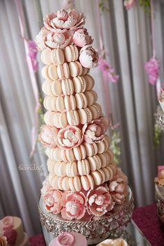 New Wedding Cakes Table Macaron Tower Ideas Beautiful Pink Roses, Beautiful Cakes, Amazing Cakes, Macaroon Tower, Macaroon Cake, Macarons Rose, Buffet Dessert, Kreative Desserts, Bar A Bonbon