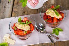Salata cu capsuni si pesto de fistic Pesto, Strawberry, Mexican, Fruit, Ethnic Recipes, Salads, Strawberry Fruit, Strawberries, Mexicans
