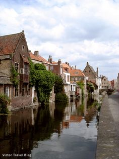 Hotels in Bruges, medieval city in Belgium, are very expensive. Read how we rented a tiny house there and saved money.