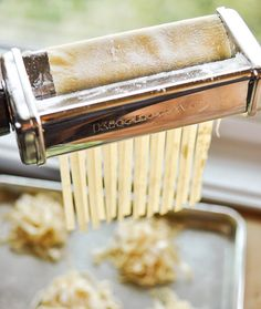 How to make fresh pasta from scratch with my new kitchenaid pasta maker! - Pasta Machine - Ideas of Pasta Machine Fresco, Pasta A La Carbonara, Pasta Casera, Filled Pasta, Pasta Machine, Fresh Pasta, Homemade Pasta, Homemade Jelly, Al Dente