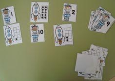 """Plastificando ilusiones: Juegos del Proyecto """"Hacia el infinito y más alla"""" en el rincón de los números Space Solar System, Diy And Crafts, Arts And Crafts, Space Projects, Space Theme, Learning Centers, Kindergarten Math, Planets, Photo Wall"""