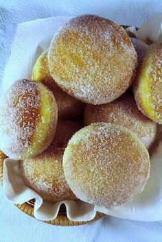 'bomboloni', ready early in the morning in Italian bars (cream bombs). Italian Pastries, Italian Desserts, Just Desserts, Italian Recipes, Sweet Recipes, Cake Recipes, Dessert Recipes, Bomboloni Recipe, Cupcakes