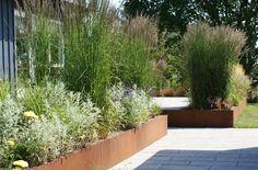 Forskellige prydgræsser omkring den store terrasse der giver sommerhuset mere rum og forbinder den smukke udsigt over fredet engdrag. Rooftop Terrace Design, Patio Design, Garden Design, Summer House Garden, Home And Garden, Side Garden, Contemporary Garden, Garden Styles, Landscape Architecture