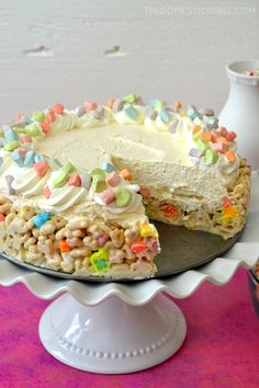 This No-Bake Lucky Charms Marshmallow Cheesecake is such a winner! Chewy, crunchy, gooey Lucky Charms cereal treat crust topped with a lusciously creamy & smooth marshmallow no-bake cheesecake. Perfect for kids and adults alike, and so easy to prepare! Lucky Charms Treats, Lucky Charms Cereal, Baking Recipes, Cookie Recipes, Dessert Recipes, Baking Tips, Marshmallow Cheesecake, Lucky Charms Marshmallows, Delicious Desserts