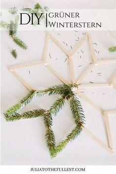 DIY grüner Winterstern - Anleitung mit kostenloser Voralge. Winterdeko selber basteln mit Eisstielen perfekt für die Weihnachtszeit. #diy #weihnachten #sterne #basteln