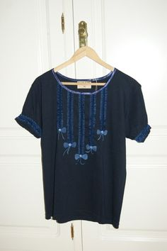 Camiseta azul volantes  de Pat-Pil por DaWanda.com Textiles, Cotton T Shirts, Ruffles, Man Women, Slip On, Blue Nails, Women, Hipster Stuff, Blue Button Up Shirt