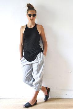le dimanche 3 août 2014 : Jeanne porte : - un débardeur: Rick Owens - un pantalon Uniforme en lin rayures claires: VDJ - chaus...