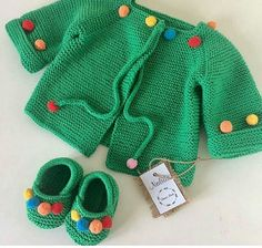 Bir kere daha çok severek ördüğüm yeşil ponponlu hırkamız bu sefer makos… Once again, we have added the green cheerleader cardigan, and this time we are ready to set off for the little princess. Crochet Baby Jacket, Baby Sweater Knitting Pattern, Knitted Baby Cardigan, Knitted Baby Clothes, Baby Knitting Patterns, Baby Patterns, Girls Sweaters, Baby Sweaters, Pull Bebe