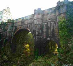 A ponte Overtoun é, como você pode ver, uma ponte de arcos, que fica localizada na Escócia. Construída em 1859, ela ficou famosa pelo número inacreditável de cachorros que, aparentemente, se suicidaram, pulando dela. Os incidentes começaram a ser notados nos anos 50, quando cães (normalmente collies) pulavam da ponte sem nenhuma explicação. E, em casos que os cachorros sobreviviam à queda e se recuperavam, eles voltavam à ponte para se atirar novamente.