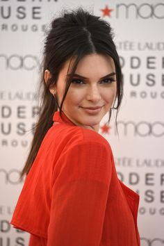 Coleta alta retro Holiday Hairstyles, Bride Hairstyles, Kourtney Kardashian, Kardashian Jenner, Estee Lauder Fragrances, Modern Muse, Kendall And Kylie Jenner, Hair Looks, Best Makeup Products
