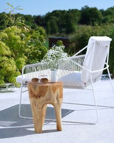 Avec son assise en corde, le fauteuil Sandur procure un confort inégalé. En version blanc, il illumine la terrasse dès les premiers rayons de soleil. #Oasiq #outdoor #design Sandur club chair white in the Scandinavian sun, taken by #IreneBirkeland from Norway...