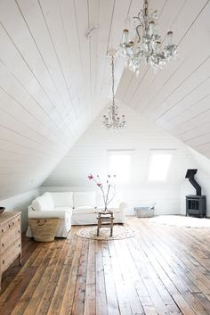 Today's Eclectic Home Tour of B Vintage Style takes us to a small Canadian town and a 1903 Queen Anne home that has been lovingly renovated. See more Eclectic Home Tours in this series here Attic Bedroom Designs, Attic Bedrooms, Living Room Designs, Attic Design, Loft Design, Design Design, Design Model, Attic Renovation, Attic Remodel