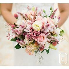 Bom dia com esse mix de flores lindo do buquê da noiva Bárbara!🌸Fotos Aline Ferreira Fotografia | Cerimonial e rsvp @efcerimonial | Buquê, decoração, flores, velas e paisagismo @vagalumesepirilampos #inesquecivelcasamento #icbuzios #clubeic #3rstudio