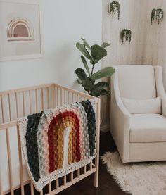 Todo listo para la llegada del bebé #tolrrato#bébé #del #listo #llegada #para #todo #tolrrato Baby Bedroom, Nursery Room, Girl Nursery, Girl Room, Rainbow Quilt, Rainbow Theme, Rainbow Baby, Rainbow Birthday, Baby Room Themes