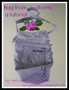 short > sac >Creating my way to Success: Bag from shorts - a tutorial Shorts Tutorial, Purse Tutorial, Redo Clothes, Clothes Crafts, Jean Crafts, Denim Crafts, Diy Bags Purses, Diy Shorts, Short En Jean