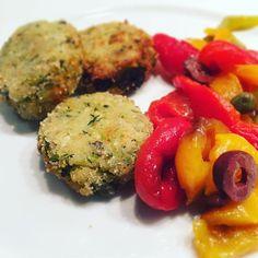 Polpette di zucchine con peperoni arrostiti 🍷🍽 #foodporn #italianfood #italianwife #peperoniarrostiti #polpettedizucchine #mediterraneanfood #igersvienna #lecker #welcomesummer #summerholiday