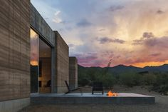 The dust architect has created the beautiful tucson mountain retreat in sonoran desert in tucson, Arizona. Here are the wonderful pictures of tucson mountain retreat for you to see! Rammed Earth Homes, Rammed Earth Wall, Residential Architecture, Modern Architecture, Concrete Architecture, Minimalist Architecture, Sustainable Architecture, Lake Flato, Square Fire Pit