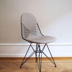 Wire Chair DKR-2, er designet av Charles og Ray Eames for Vitra. Denne skulpturelle stolen har et polstret sete og rygg i eksklusivt sandfarget skinn.