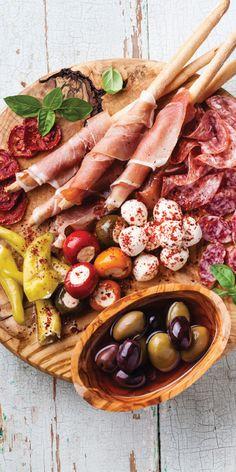 Å spise tapas er sosialt, uformelt og inkluderende. Tapas er en rekke forskjellige spanske forretter/matretter (fingermat), slik som en som det passer godt å dele. Med et glass musserende til mate blir det ekstra godt!