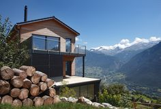 Großzügige Terrasse und Sonnenschutz am Hang