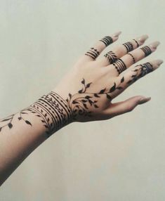 Cool Henna Tattoos, Henna Inspired Tattoos, Henna Tattoo Designs Simple, Finger Henna Designs, Henna Tattoo Hand, Henna Art Designs, Mehndi Designs For Girls, Modern Mehndi Designs, Mehndi Designs For Fingers