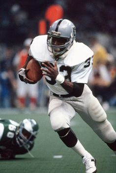 Kenny King of the Oakland Raiders carries the ball against the Philadelphia Eagles during Super Bowl XV at the Louisiana Superdome January 25 1980 Oakland Raiders Super Bowl, Oakland Raiders Images, Oakland Raiders Football, Okland Raiders, Raiders Players, Raiders Baby, Ou Football, Nfl Football Players, Football Helmets
