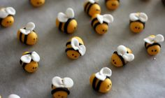 bccakes: Bzzzz, bzzz! Finally here... The fondant bumble bee tutorial