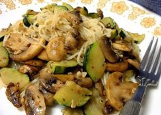I bought some zucchini at a farmers market today. In the fridge, I had fresh mushrooms and decided on this recipe. Its a great way to enjoy garden vegetables of the summer season. This can easily be expanded for more servings. (easy pasta sauce for one) Courgettes Weight Watchers, Plats Weight Watchers, Vegetarian Recipes, Cooking Recipes, Healthy Recipes, Raw Recipes, Vegan Dinners, Recipies, I Love Food
