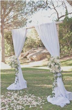 arco con tela y flores