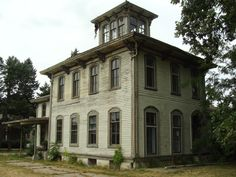 Abandoned: On US 24 in El Paso, Illinois, it's impossible to miss this grand dame of the Italianate style, sitting in between the highway and the railroad tracks. While originally a lavish single family house, it was later converted into a motel and restaurant.  The Elms Restaurant in El Paso, Illinois, built in 1858. We can only hope someone will buy it before it deteriorates any more: http://stlouispatina.com/the-elms-restaurant-el-paso-illinois/