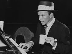 American singer and actor Frank Sinatra - plays piano while holding a paper coffee cup. Sinatra wears a straw hat and a suit. Charlie Chaplin, Coffee Break, My Coffee, Coffee Time, Lion Coffee, Morning Coffee, Tea Time, Barista, Frank Sinatra My Way