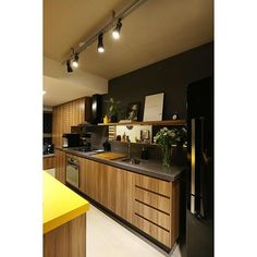 """""""E a cozinha do MaxHaus com os spots presos no perfilado acesos? A gente adora! E dá pra ver bem as portas ripadas que escondem os itens da Área de Serviço (máquina de lavar e aquecedor), o que possibilitou a integração dos dois ambientes! Acima da bancada colocamos também uma faixa de espelho, dando a sensação de que a cozinha é maior! #spestudio   @mariana_orsi"""" Fireplace Shelves, Diy Fireplace, Tv Decor, Home Decor, Loft, Diy Entertainment Center, Cabinet Decor, Wood Desk, Cool Kitchens"""