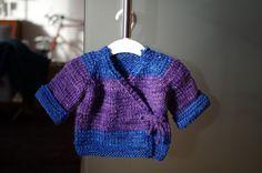 Babysachen stricken macht Spaß! Deswegen kommt hier gleich das nächste Teilchen: Eine Wickeljacke mit Raglanärmeln für die Allerkleinsten...