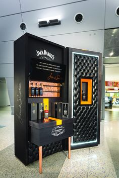 Este plv se puede ver en un duty free tiene forma de maleta.    Macarena Jack Daniel's/Frank Sinatra duty free store. More here: http://vmsd.com/content/come-fly-me Photography: Mark Steele Photography, Columbus, Ohio