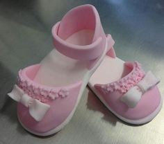 Sugarpaste baby girl shoes Fondant Tips, Fondant Tutorial, Fondant Baby Shoes, Baby Shoes Tutorial, Crea Fimo, Baby Gifts To Make, Baby Cake Topper, Butterfly Baby Shower, How To Make Clay