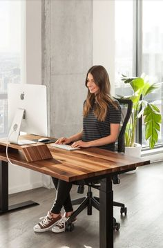 9 Science-Backed Ways How to Organize Your Office Desk to Boost Productivity Diy Office Desk, Home Office Setup, Home Office Space, Diy Desk, Office Furniture, Pipe Furniture, Ikea Office, Furniture Vintage, Office Spaces