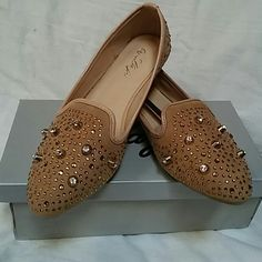NWT Beige Gold Studded Smoking Slippers Fashionable and chic beige smoking slippers are studded with gold and rhinestones. Very comfortable and versatile, can be worn with skirts or pants, dressed up or down and big trending style for the season! La je Shoes Flats & Loafers