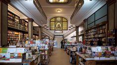 Puro Verso, Montevideo In un edificio Art Deco del 1917 si trova la libreria Puro Verso. L'orologio sulla facciata e l'antico ascensore sono solo due dei dettagli che simboleggiano la vecchia Montevideo. Al primo piano c'è un ristorante con un menù innovativo.