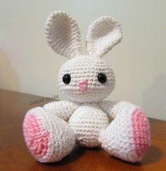 Veja uma série de RECEITAS GRÁTIS de amigurumi de Páscoa! Comece aprendendo a fazer um coelho branco muito fofo para presentear nessa data especial.
