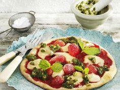 Süße Erdbeer-Pizza mit Marzipan und Pistazien-Pesto | http://eatsmarter.de/rezepte/suesse-erdbeer-pizza-mit-marzipan-und-pistazien-pesto