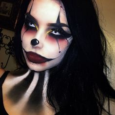Looking for for inspiration for your Halloween make-up? Navigate here for creepy Halloween makeup looks. Maquillage Halloween Clown, Halloween Makeup Clown, Fröhliches Halloween, Halloween Contacts, Girl Clown Makeup, Evil Jester Halloween Costume, Sexy Clown Costume, Circus Halloween Costumes, Creepy Clown Makeup