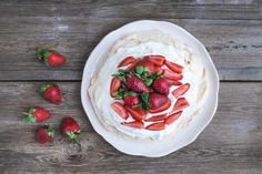 Learn how to make the perfect pavlova with our easy recipe. Crispy crust, melt-in-the-mouth inside and fresh fruit on top - yum! Aquafaba, No Egg Desserts, Dessert Recipes, White Food Coloring, Pavlova Cake, Healthy Fruits And Vegetables, Baked Bakery, Strawberry Summer, Ricotta Cake