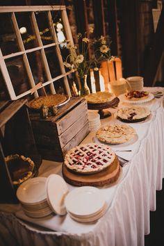 Kun je geen bruidstaart kiezen? Ga dan gewoon voor een hele taarttafel zoals deze echte herfst taarttafel met heerlijke appel- en kersentaarten, smullen!