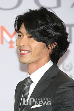 """Hyun Bin debuts fairy tale-like locks at fan signing"" ~ hahaha, ""fairytale-like locks""? ...Okay. I'll take it. xP"