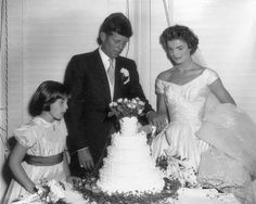 Take a look back at the iconic Newport, Rhode Island wedding of John F. Kennedy and then bride-to-be Jackie Bouvier with never-before-seen photos taken by photographer Arthur Burges more than 60 years ago. Jacqueline Kennedy Onassis, Jackie Kennedy Wedding, Estilo Jackie Kennedy, Jfk And Jackie Kennedy, Les Kennedy, Jaqueline Kennedy, Robert Kennedy, Die Kennedys, Familia Kennedy