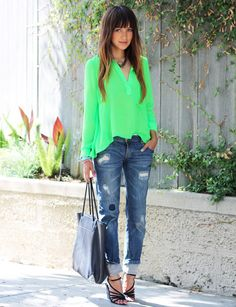 25 Stylish Outfits With Cuffed Jeans: Woman wearing cuffed boyfriend jeans together with a bright green shirt and black strappy sandals Beauty And Fashion, Green Fashion, I Love Fashion, Passion For Fashion, Fashion Looks, Latest Fashion, Women's Fashion, Fashion Trends, Boyfriend Jeans